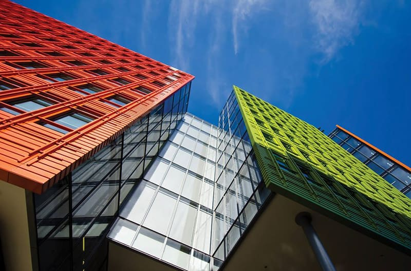 фасада на сграда от боядисана ламарина